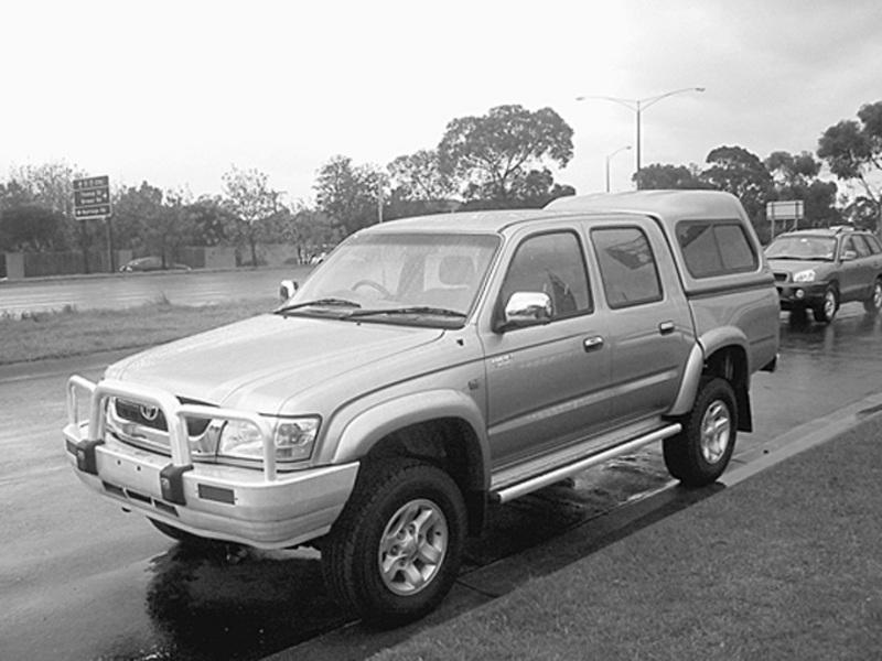 2004 Toyota HiLux SR5 Dual Cab ute, front view
